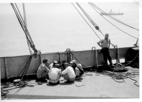 Loosdrecht (3) lunch pauze bootwerkers tijdens lossen ten anker bij Koeweit.