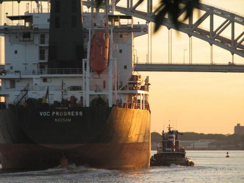 VOC Progress passeert brug Bayonne